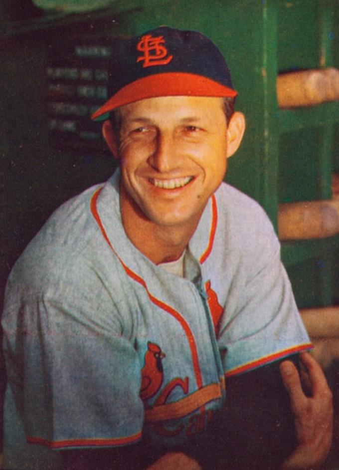Un Stan Musial en âge de jouer dans son uniforme de baseball, regardant vers la gauche et souriant