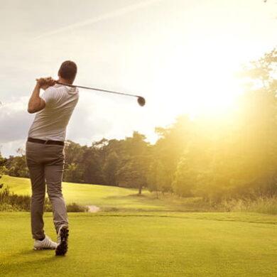 L'homme se balance sur le terrain de golf