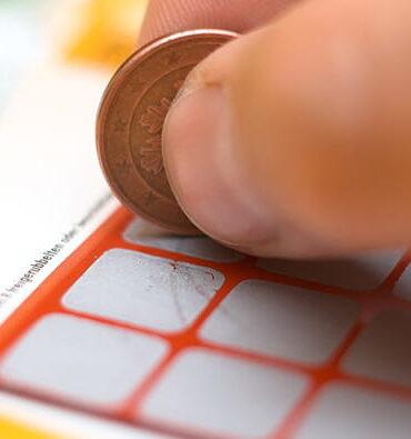 Carte de loterie à gratter personne