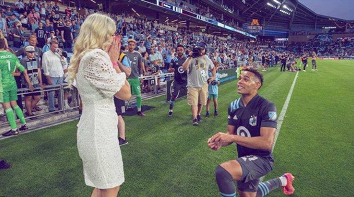 Une vidéo d'un footballeur américain proposant à sa petite amie sur le terrain est devenue virale