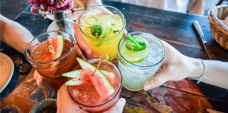 Amis ayant des boissons sur un bar